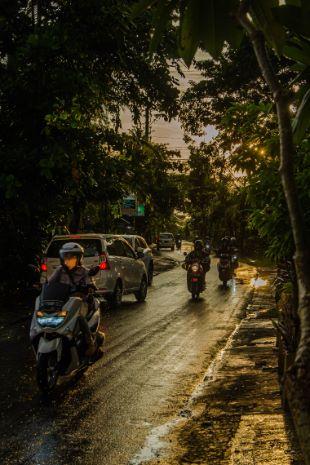 Straßen in der Regenzeit in Bali