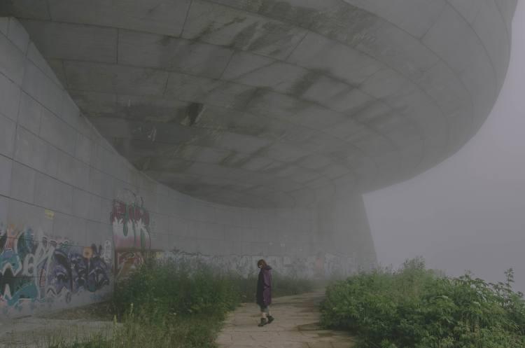Frau vor Busludscha-Denmal bei Nebel
