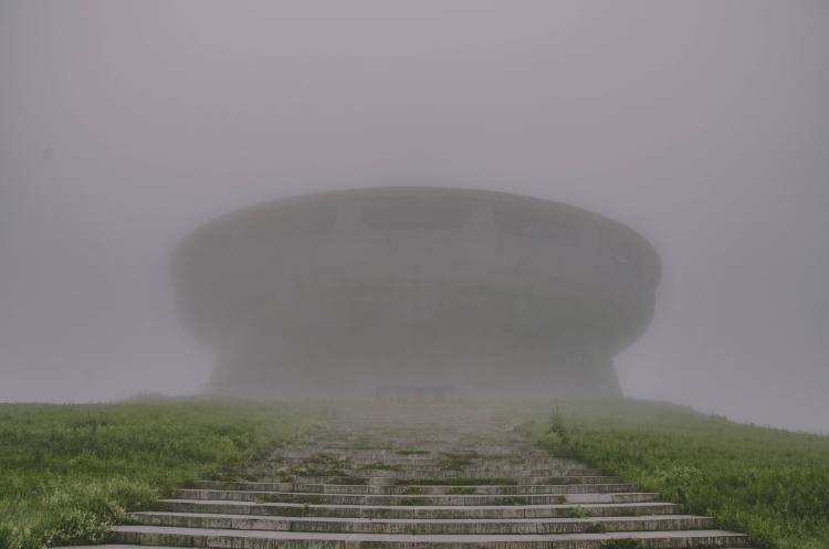 Das Busludscha-Monument im Nebel