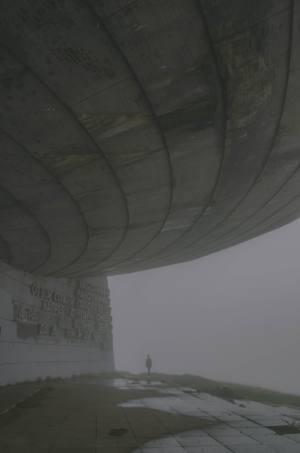 Seitenansicht vom Monument Busludscha in Bulgarien