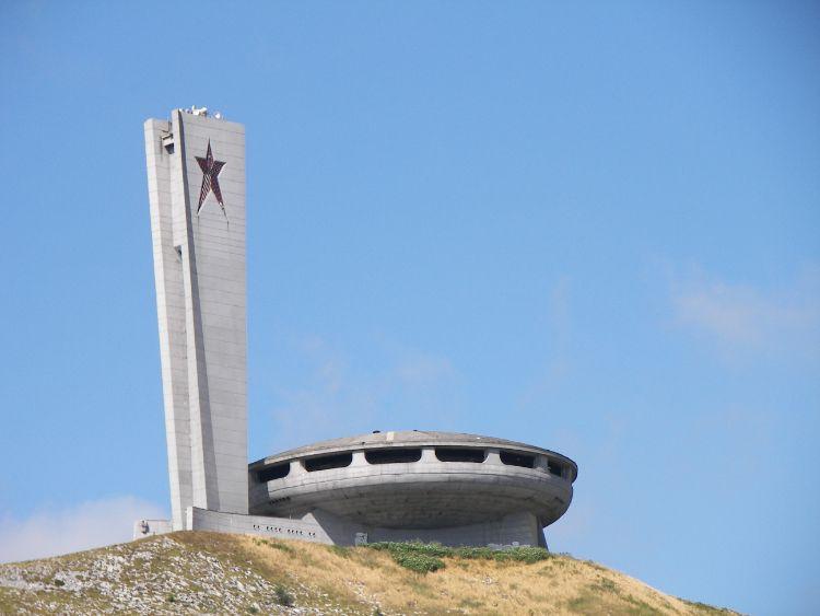 Das Denkmal Busludscha in Bulgarien bei Sonne