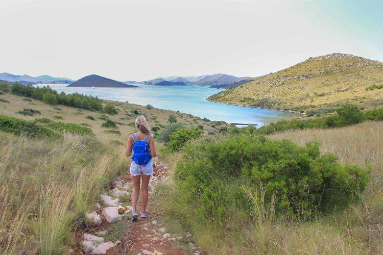 Frau beim Wandern in Kroatien