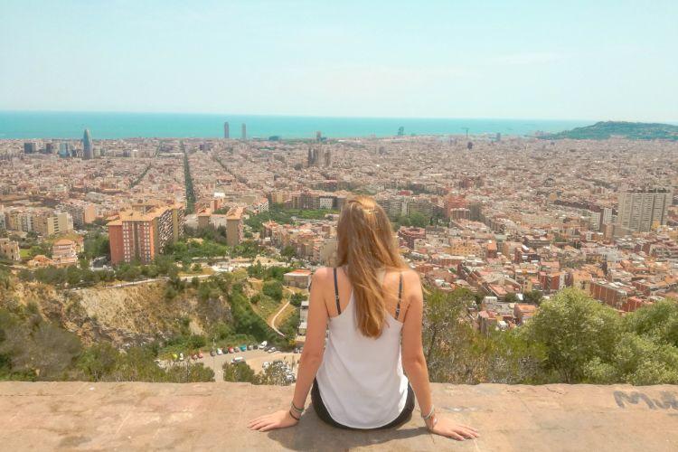 Frau blickt auf Barcelona in Spanien