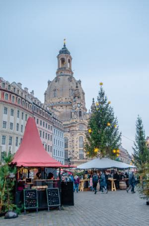 Weihnachtsmarkt vor Frauenkirche in Dresden