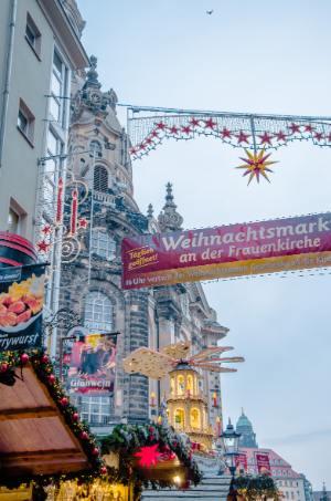 Blick auf die Frauenkirche vom Weihnachtsmarkt in Dresden