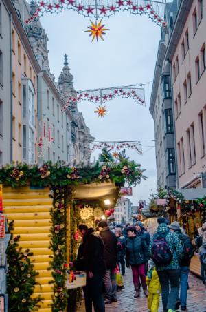 Frauenkirche zu Weihnachten gesehen von Weihnachtsständen