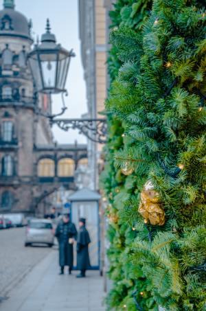 Weihnachtsdekoration an Hotel in Dresden