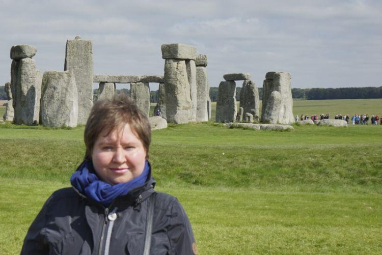 Frau vor Stonehenge in England