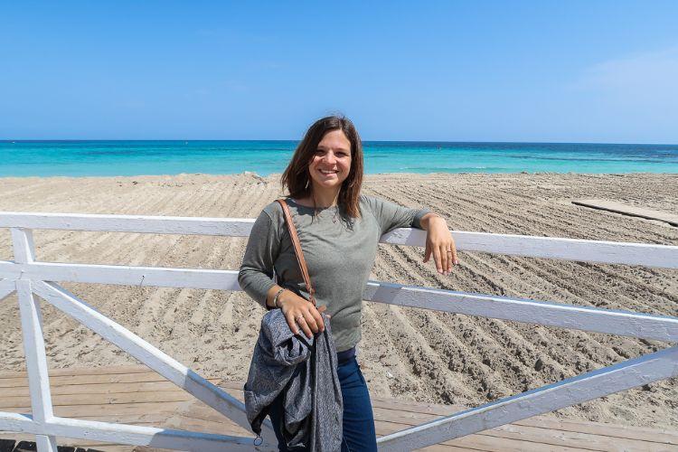 Frau am Strand von Mondello in Italien