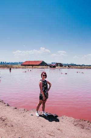 ich vor dem pinken Badesee in Bulgarien