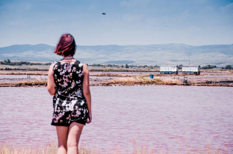 Frau vor rosa Badesee bei Burgas
