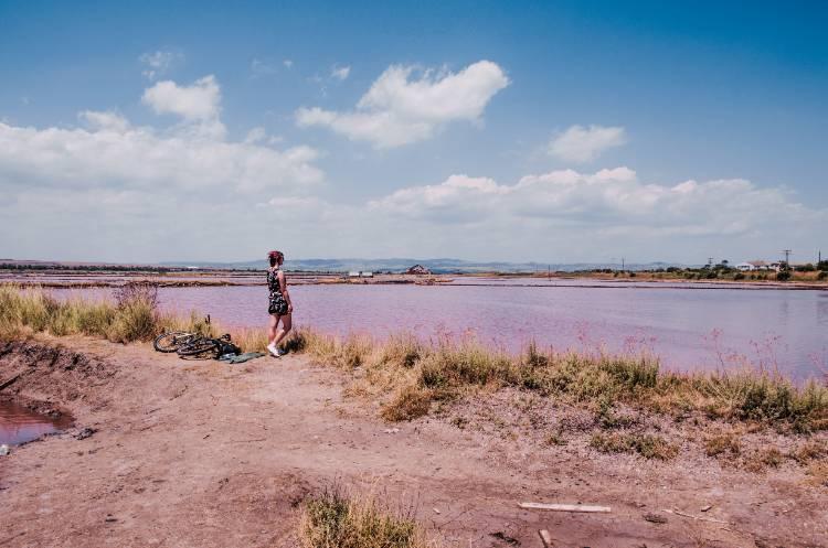 ich vor Landschaft mit rosa See in Bulgarien