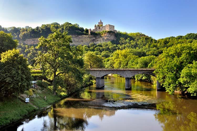 Brücke mit Blick auf die Rudelsburg