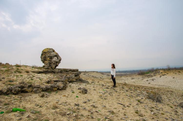 ich vor einem Stein in Pobiti Kamani Varna