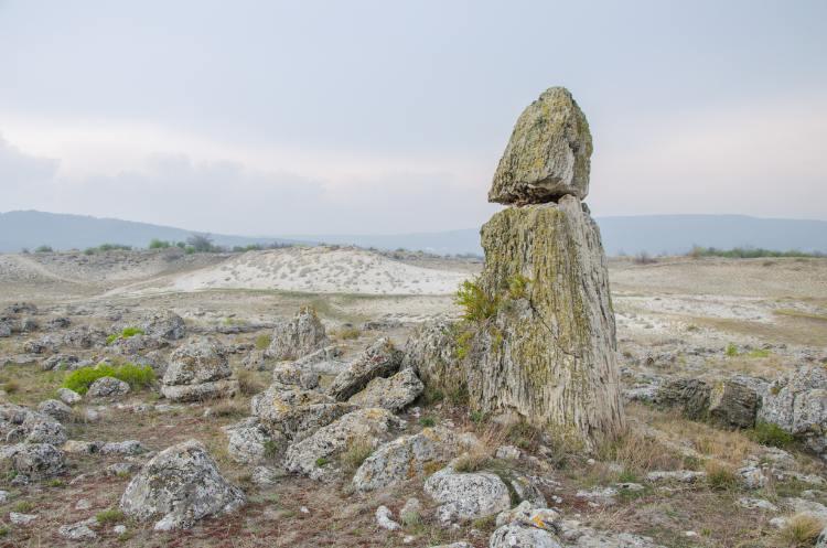 Eine Steinsäule in Pobiti Kamani Varna