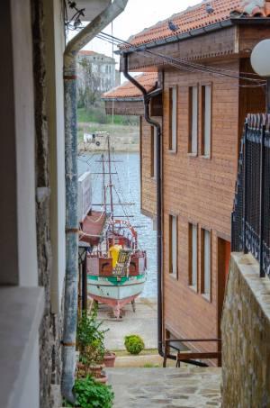 Holzhäuser und Hafen in Sosopol