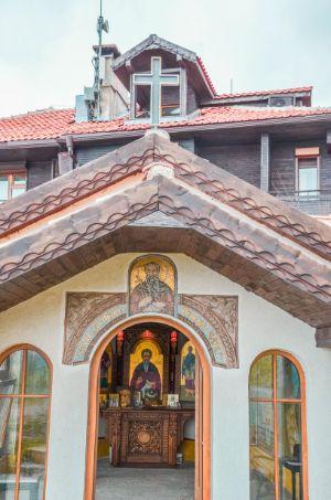Eingang mit Heiligenbildern in Kapelle in Sosopol, Bulgarien