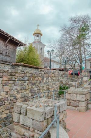 Weiße Kirche mit Ruine in Sozopol, Bulgarien