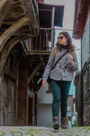 Touristin läuft durch Sosopol, Bulgarien
