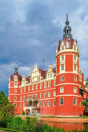 das rote Schloss Muskau von Weitem gesehen