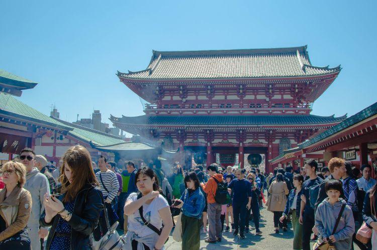 Sensoji Tempel mit Besuchern in Tokio