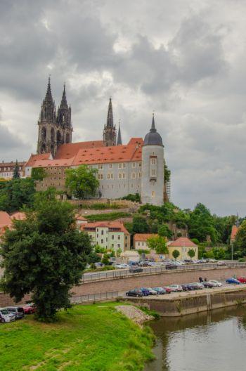 Albrechtsburg in Meißen von Weitem vom Fluss aus gesehen