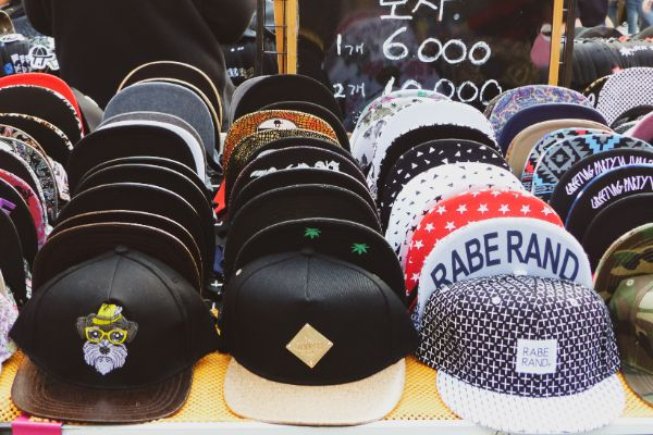 Koreanische Baseball Caps in Hongdae zum Kaufen