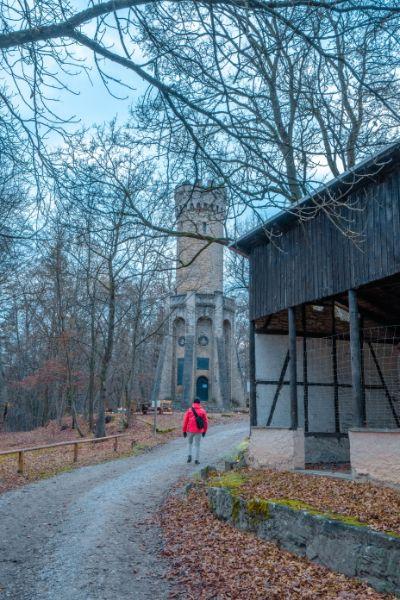 Forststurm im Jena neben Fachwerkhaus und rot gekleidetem Wanderer
