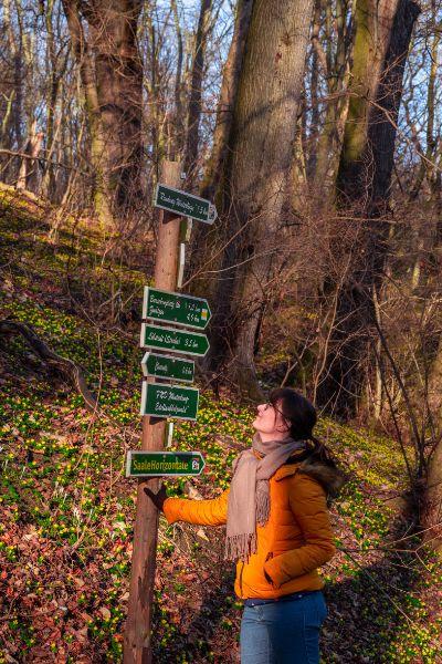 Frau bei Wegweiser im Leutratal bei Jena
