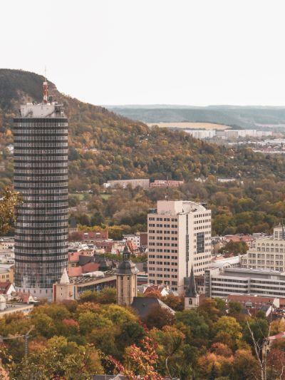 Blick auf den Jenaer Turm mit erstem Hochhaus Deutschlands