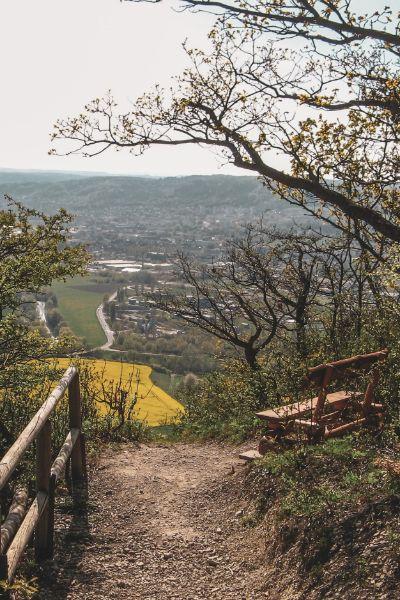 Sitzbank mit Blick auf Rapsfelder und Tal in Jena