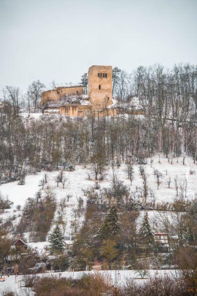 Blick auf die Lobdeburg Ruine im Winter mit Schnee