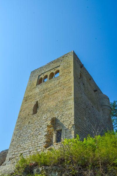 Blick auf den Hausfried der Jenaer Lobdeburg von unten
