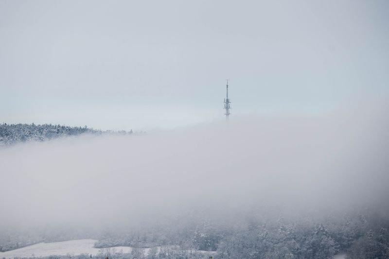 Jenaer Funkturm am Steinbruch im Nebel von fern gesehen