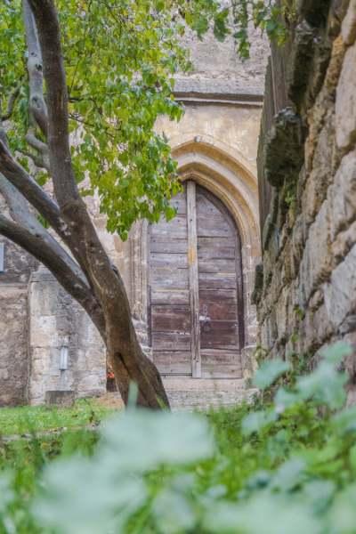 Eingang zur alten Steinkirche im Grünen