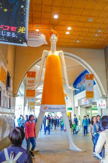orange Werbe-Statue im Bahnhof von Nagoya