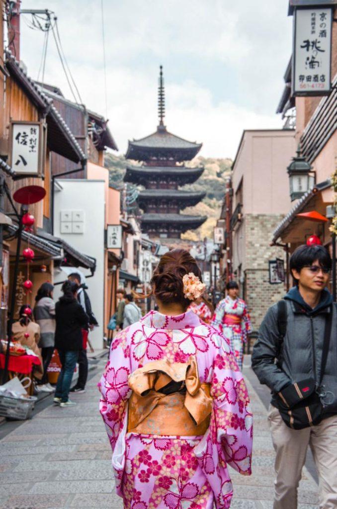 Frau in Kimono im Gion Viertel in Kyoto