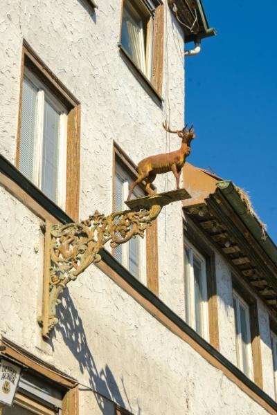 Hirsch aus Eisen an der Fassade vom Gasthaus zum Hirsch in Murrhardt