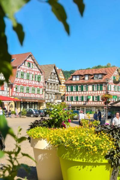 buntes Fachwerk am Marktplatz in Murrhardt, Baden-Württemberg
