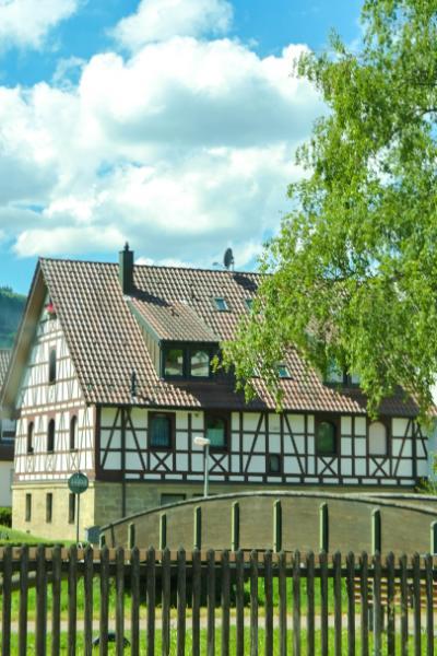 Fachwerkhaus in Murrhardt von Weitem gesehen