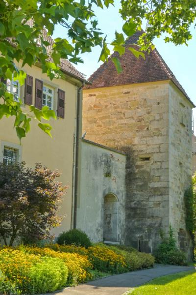 Hexenturm am Kloster Murrhardt mit alter Stadtmauer im grünen Park