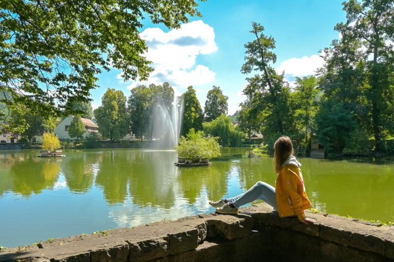 Frau vor Teich im Stadtgarten Murrhardt, BaWü