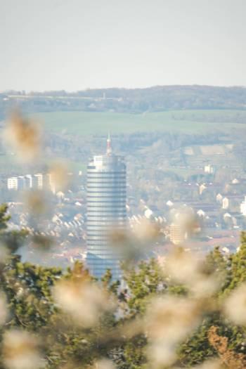 Jenaer Turm umringt von Kirschblüten
