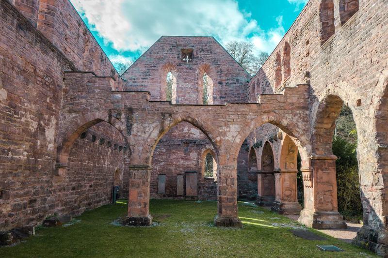 Innenansicht der Klosterruine Stadroda