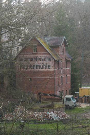 rotes Backsteingebäude der Papiermühle