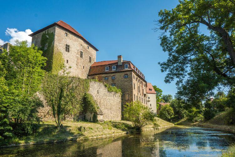 Wasserburg Kapellendorf im Grünen vom Burggraben aus gesehen