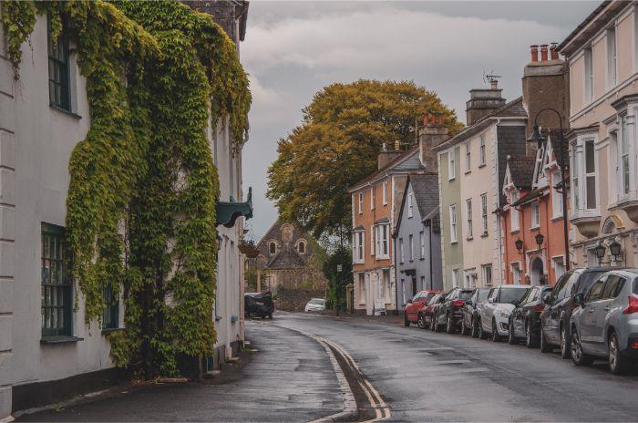 Haupstraße in Ashburton in England an einem regnerischen Tag