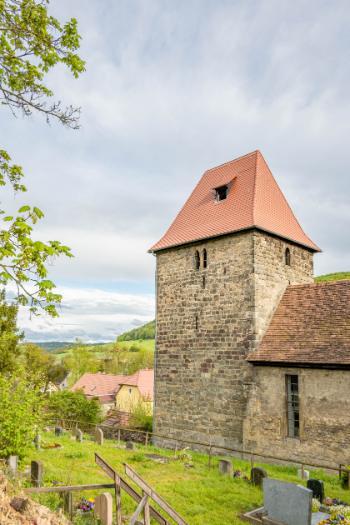 Kirche von Leutra im Frühling