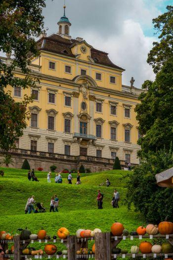Blühendes Barock Ludwigsburg mit Kürbissen